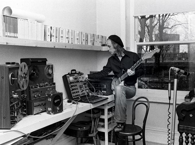 Congamag_Brian Eno rodeado de instrumentos